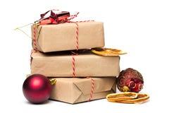 Kraftpapier Weihnachtsgeschenk lokalisiert auf weißem lizenzfreies stockbild