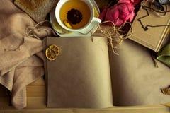 Kraftpapieranmerkung mit Tasse Tee, Blumen, Pfingstrosen, alte Weinleseuhr Retro- Hintergrund Modernes Tonen Copyspace für Text,  Lizenzfreies Stockfoto