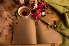 Kraftpapieranmerkung mit Tasse Tee, Blumen, Pfingstrosen, alte Weinleseuhr Retro- Hintergrund Modernes Tonen Copyspace für Text,  Stockbilder