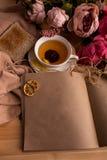 Kraftpapieranmerkung mit Tasse Tee, Blumen, Pfingstrosen, alte Weinleseuhr Retro- Hintergrund Modernes Tonen Copyspace für Text,  Stockfotos
