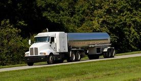 Kraftstoff-Beförderung- mit Tankwagenlkw Lizenzfreie Stockfotos