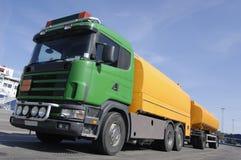 Kraftstoff-LKW, Gelb und Grün lizenzfreies stockbild