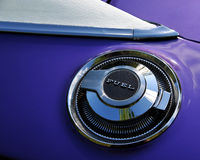 Kraftstoff-Schutzkappe auf purpurrotem Auto Lizenzfreies Stockfoto