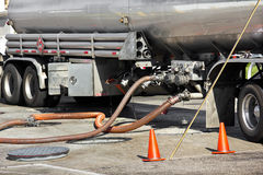 Kraftstoff-Tanker legt Benzin nieder stockfotografie
