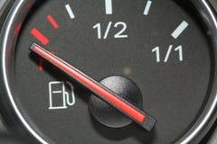 Kraftstoffanzeige leer lizenzfreies stockbild