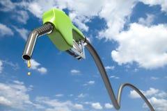 Kraftstoffbratenfett aus einer grünen Kraftstoffdüse heraus Stockfotografie