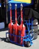 Kraftstoffdosen und -gummireifen Lizenzfreie Stockfotografie