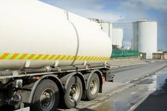 Kraftstoffspur, die Industriegebiet verlässt Stockfoto