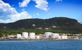 Kraftstofftanks auf Küste von St. Kitts Stockbild