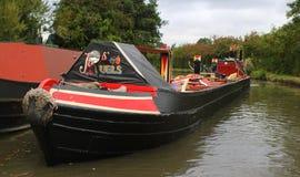 Kraftstoffversorgung narrowboat auf englischem Kanal lizenzfreie stockfotografie