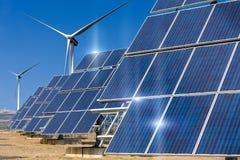 Kraftverk genom att använda förnybar sol- energi med sol- och vindturbi Royaltyfria Bilder