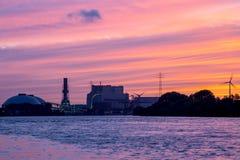 Kraftverk i solnedgång Arkivbild