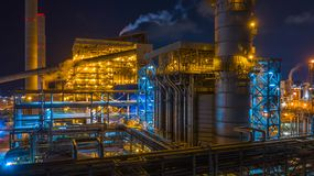 Kraftverk kombinerad värmekraftverk på natten, stor kraftverk för kombinerad cirkulering royaltyfri fotografi