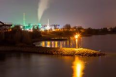 Kraftverk Lausward på natten i Dusseldorf royaltyfria bilder
