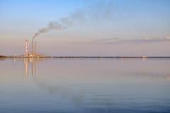 Kraftverk på sjön Royaltyfria Bilder