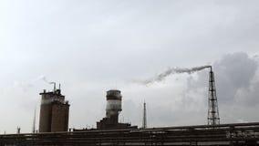 Kraftverk som röker på molnig himmel stock video