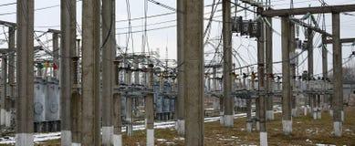 Kraftverket är en station av omformning Många kablar, pol Royaltyfri Bild