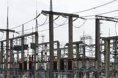 Kraftverket är en station av omformning Många kablar, pol Arkivbild
