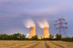 Kraftwerk auf Ackerland nachts Lizenzfreie Stockbilder