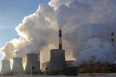 Kraftwerk, das Rauch und Dampf ausstrahlt lizenzfreie stockfotos