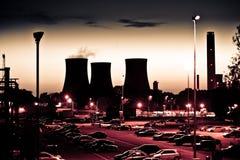 Kraftwerk an der Dämmerung Stockbild