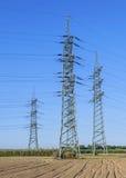 Kraftwerk der elektrischen Leistung in der schönen bunten Wiese Lizenzfreie Stockbilder