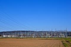Kraftwerk der elektrischen Leistung im Ackerland Stockfoto