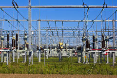 Kraftwerk der elektrischen Leistung im Ackerland Lizenzfreie Stockfotos