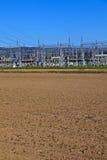 Kraftwerk der elektrischen Leistung im Ackerlandbereich Lizenzfreie Stockbilder