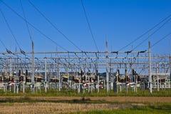 Kraftwerk der elektrischen Leistung im Ackerlandbereich Stockbilder