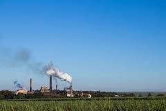 Kraftwerk in der Zuckerrohrplantage Lizenzfreies Stockfoto