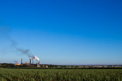 Kraftwerk in der Zuckerrohrplantage Lizenzfreie Stockbilder