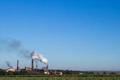 Kraftwerk in der Zuckerrohrplantage Lizenzfreie Stockfotos