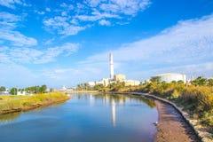 Kraftwerk durch den Fluss Lizenzfreies Stockfoto