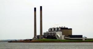 Kraftwerk durch Wasser stockbilder
