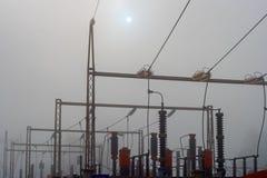 Kraftwerk eingehüllt in Nebel lizenzfreies stockbild