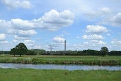 Kraftwerk in Fluss Stockbilder