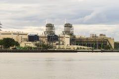 Kraftwerk am Flussufer während des Sonnenaufgangs Lizenzfreie Stockfotografie