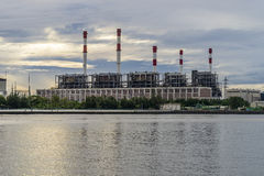 Kraftwerk am Flussufer während des Sonnenaufgangs Stockfoto