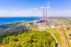 Kraftwerk gesetzt nahe großem Wasserreservoir stockfotografie