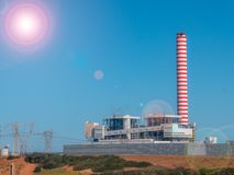 Kraftwerk mit Kamin stockfotos