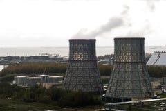 Kraftwerk mit zwei großen Rohren Lizenzfreie Stockfotos