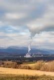 Kraftwerk in Slowakei gesehen im Abstand von Natur aus umgeben und in der Kleinstadt Lizenzfreie Stockbilder