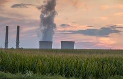 Kraftwerk strahlt Rauch, während der Tag an Dämmerung bei Martins Creek Power Plant in der Harmonie sich wendet, New-Jersey auf 8 Stockfotografie