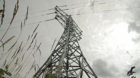 Kraftwerk timelapse Strom - Hochspannungsunterstützung Regenwolken im Himmel - stufen Sie Kraftwerkgefahr ein stock video footage