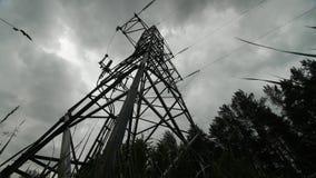 Kraftwerk timelapse Strom - Hochspannungsunterstützung Regenwolken im Himmel - stufen Sie Kraftwerkgefahr ein stock footage