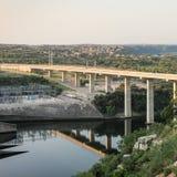 Kraftwerk und Brücke stockbilder