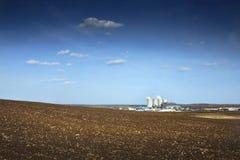 Kraftwerk und Feld Lizenzfreies Stockbild
