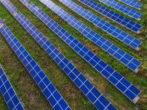 Kraftwerk unter Verwendung der auswechselbaren Solarenergie mit Sonne Stockfotografie