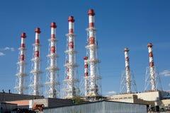 Kraftwerkgebäude mit vielen hohen Schornsteinen Stockbilder
